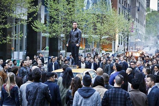 Oliver soltando el discurso al personal, subido en un taxi que casualmente paraba allí