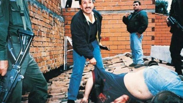 Hugo Aguilar Naranjo del bloque de búsqueda que dio de baja a Pablo Escobar, jefe del Cartel de Medellín y al encontrarse frente a él, le disparó a tres metros de distancia