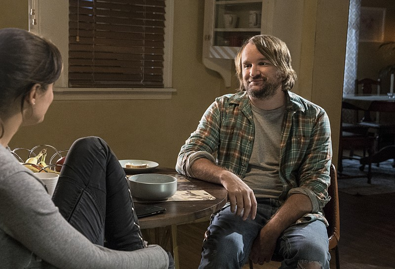 """Frequency -- """"Bleed Over"""" -- Image Number: FRG105a_0225.jpg -- Pictured (L-R): Peyton List as Raimy and Lenny Jacobson as Gordo -- Photo: Liane Hentscher/The CW -- © 2016 The CW Network, LLC. All rights reserved."""